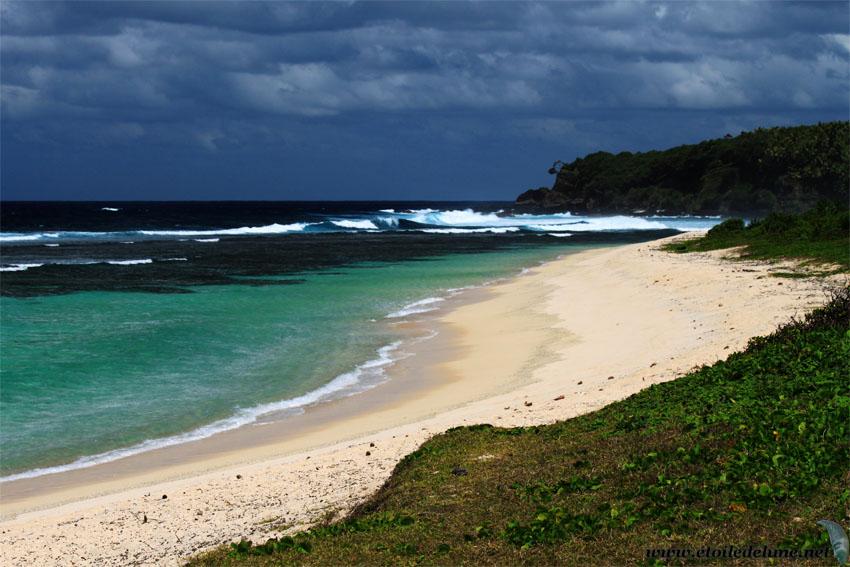 Tanna: white beach, l'étincelante plage dans un décor volcanique