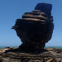 Un bonhomme, une roche percée et une tortue…