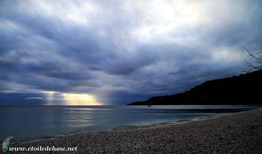 VANUATU : Pentecôte le soleil descend sur l'océan comme une soucoupe volante