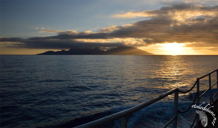 Depuis la passerelle du cargo voir le soleil se coucher et se lever