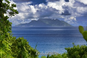 Silhouette au large de Mahé, île volcanique