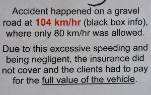 Chez le loueur, un panneau sur une voiture accidentée décrit les circonstances de l'accident