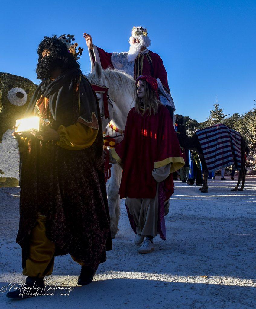 Voici en tête de cortège, Melchior, monté sur un cheval blanc, qui vient offrir l'or à l'Enfant  Roi