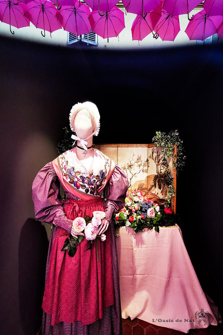 Grasse_France-Traditions-costume-parapluies roses- l'oasis de nat