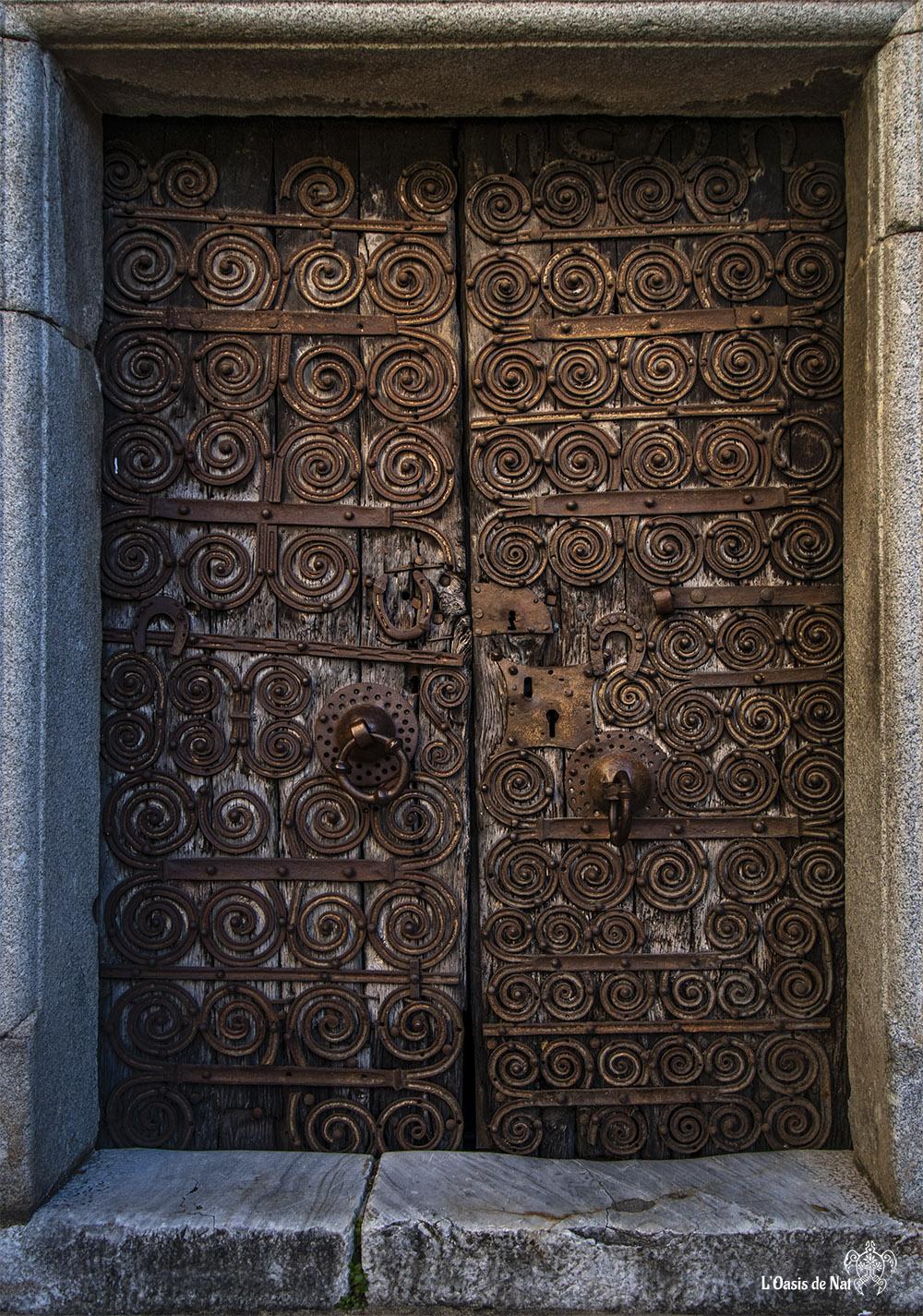 Le fer doux catalan, donne aux entrées des églises et abbayes romanes de la région ce cachet si particulier. Porte de l'Eglise de Palalda (XIIe siècle)