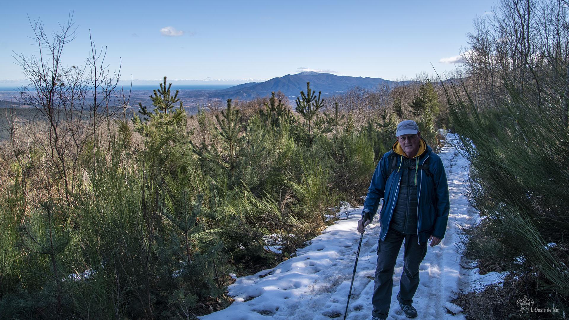 Les pieds dans la neige, tout en gardant un oeil sur la vallée et la Méditerranée où en ce mois de janvier les après-midi sont chaude (20 degrés et plus)
